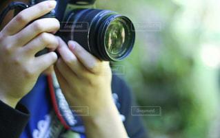カメラを持っている手の写真・画像素材[1828812]