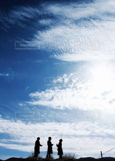 曇り空を歩いている人々 のグループの写真・画像素材[1863561]
