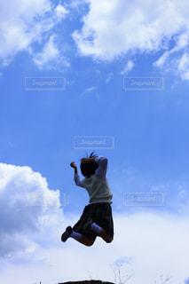 曇りの日に空気を通って飛んで男の写真・画像素材[1863564]