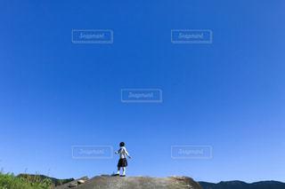 丘の上に立っている人の写真・画像素材[1863567]
