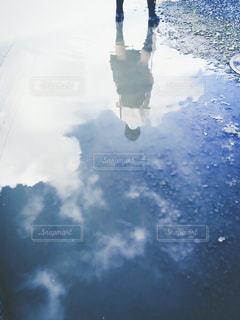 水たまりに写った空の写真・画像素材[1863571]