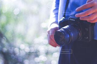 カメラを持っている人の写真・画像素材[1876672]