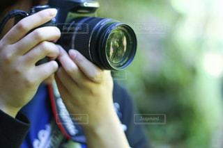 カメラを持っている手の写真・画像素材[1876675]