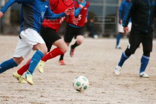 サッカーの試合をしている若い男性のグループの写真・画像素材[3803853]