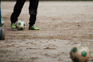 フットボールボールを持っている少年の写真・画像素材[3803865]