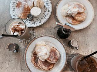 朝食の食べ物の皿がテーブルの上に座っているの写真・画像素材[3882587]