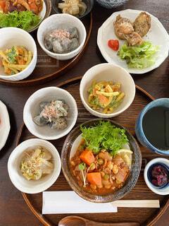 テーブルの上に異なる種類の食べ物が詰まったボウルの写真・画像素材[3882595]