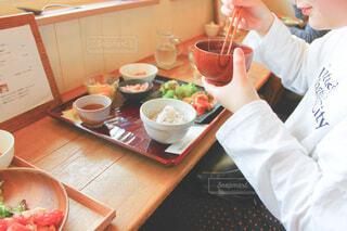 男の子がテーブルの上のボウルで食べ物を準備しているの写真・画像素材[3882599]