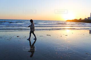 水の中でフリスビーを抱いている男の写真・画像素材[4109292]