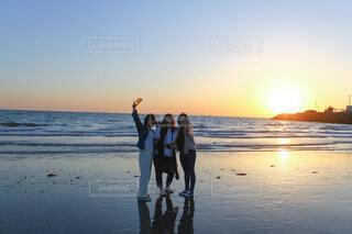 ビーチに立っている間にフリスビーを持っている人の写真・画像素材[4123016]