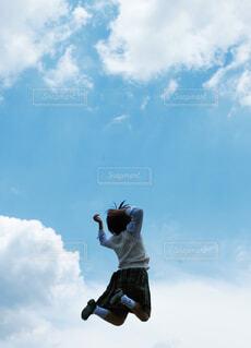 曇りの日に空を飛んでいる男の写真・画像素材[4469721]