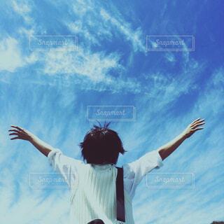 空中でいたずらをしている男の写真・画像素材[4533131]