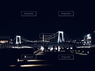 大きな橋が夜ライトアップの写真・画像素材[1698082]