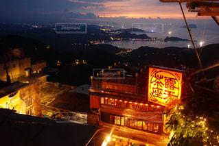 夜のライトアップされた街の写真・画像素材[1698086]
