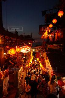 夜通りを渡る人々 のグループの写真・画像素材[1698089]
