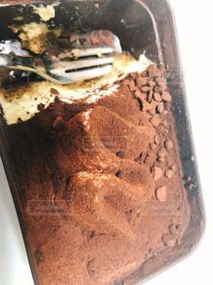 近くにチョコレート ケーキの部分のアップの写真・画像素材[1640434]