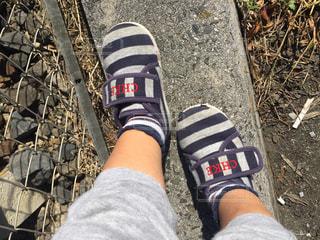 秋,靴,屋外,未来,幼児,男の子,1歳半,お散歩,夢,目標,可能性,育つ,大きくなあれ,小さな足,すり減った靴