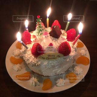 キャンドルとクリスマスケーキの写真・画像素材[1667922]