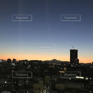 夕暮れ時の都市の眺めの写真・画像素材[2717481]