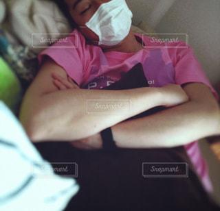 マスクして眠る男性の写真・画像素材[1695976]