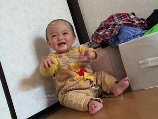 テーブルの上に座って赤ちゃんの写真・画像素材[1588531]