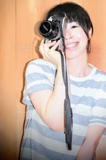 カメラを持って女性の写真・画像素材[1589621]