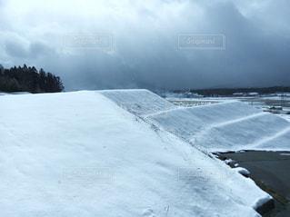 段々田んぼの積雪の写真・画像素材[1675452]