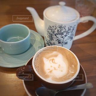 猫,飲み物,カフェ,コーヒー,屋内,かわいい,茶色,室内,テーブル,ねこ,カップ,カフェラテ,cafe,ラテアート,ラテ,色,喫茶,ネコ,ミルクティー色