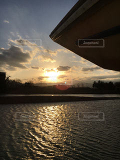 水面がキラキラ輝いている川と 舟体の写真・画像素材[2007812]