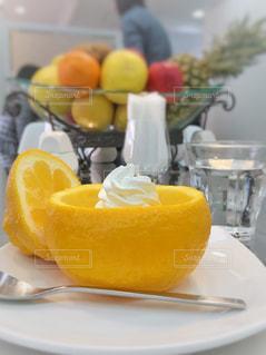 オレンジジュースのグラスを入れた皿の写真・画像素材[2258988]