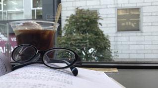 本とコーヒーフロートの写真・画像素材[1590430]