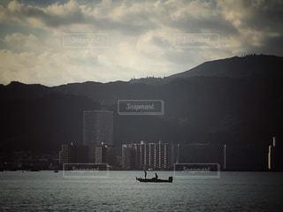 男性,空,建物,舟,雲,ボート,船,水面,釣り人,山,男,シルエット,釣り,二人,琵琶湖,マンション,フィッシング,複数,male,湖岸