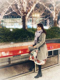 女性,夜景,コート,ベンチ,光,イルミネーション,装飾,大阪駅,LED,待ち合わせ,グランフロント大阪,シャンパンゴールド,うめきたSHIP
