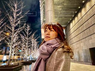 女性,夜景,コート,マフラー,樹木,イルミネーション,待ち合わせ,けやき,グランフロント大阪,シャンパンゴールド,GRAND FRONT OSAKA