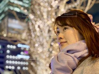 女性,夜景,マフラー,イルミネーション,大阪駅,LED,待ち合わせ,けやき,眼差し,グランフロント大阪,シャンパンゴールド