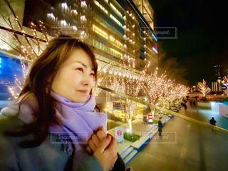 女性,風景,笑顔,LED,待ち合わせ,グランフロント大阪,うめきた広場,シャンパンゴールド,GRAND FRONT OSAKA