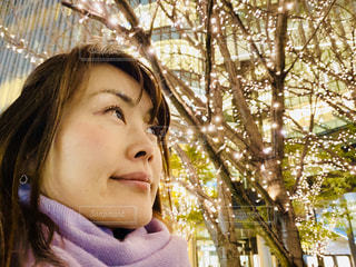 女性,建物,光,樹木,イルミネーション,笑顔,灯,グランフロント大阪,うめきた広場,シャンパンゴールド,GRAND FRONT OSAKA