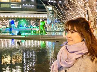女性,水,水面,光,イルミネーション,笑顔,大阪駅,LED,グランフロント大阪,うめきた広場,GRAND FRONT OSAKA