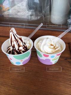 テーブルの上のソフトクリームカップの写真・画像素材[1586913]