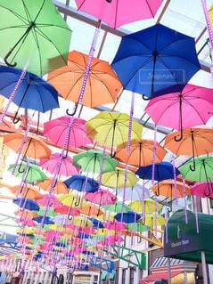 カラフルな傘の写真・画像素材[1589504]