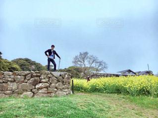 岩の上に立っている人の写真・画像素材[1591582]