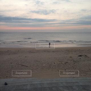 ビーチに立つ人の写真・画像素材[1591592]