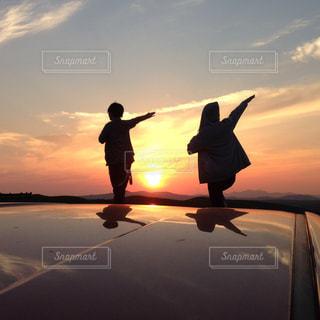 日没の前に立っている人の写真・画像素材[1591666]
