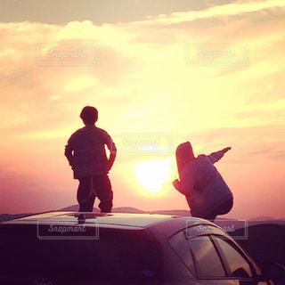 空,夕日,屋外,太陽,雲,青空,夕焼け,夕暮れ,影,シルエット,日没,未来,夕陽,快晴,夢,ポジティブ,日中,目標,可能性
