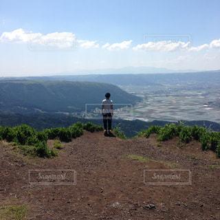 丘の上に立っている人の写真・画像素材[1591673]