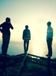 丘の上に立っている人のグループの写真・画像素材[1591690]