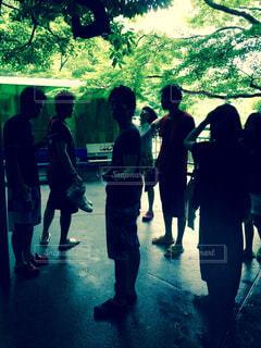 観衆の前で立っている人のグループの写真・画像素材[1591700]
