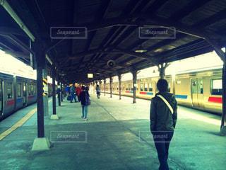 屋外,駅,電車,後ろ姿,未来,鉄道,夢,運ぶ,ステーション,ポジティブ,日中,目標,プラットフォーム,可能性,引く