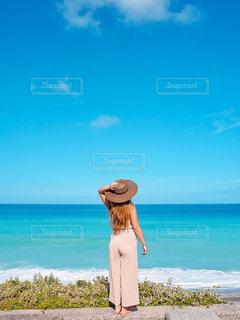 女性,20代,自然,海,空,夏,屋外,ビーチ,後ろ姿,女の子,人物,背中,人,後姿,旅行,フォトジェニック