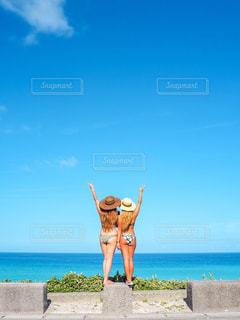 女性,20代,自然,海,空,夏,屋外,ビーチ,後ろ姿,水着,女の子,人物,背中,人,後姿,旅行,友達,ビキニ,フォトジェニック